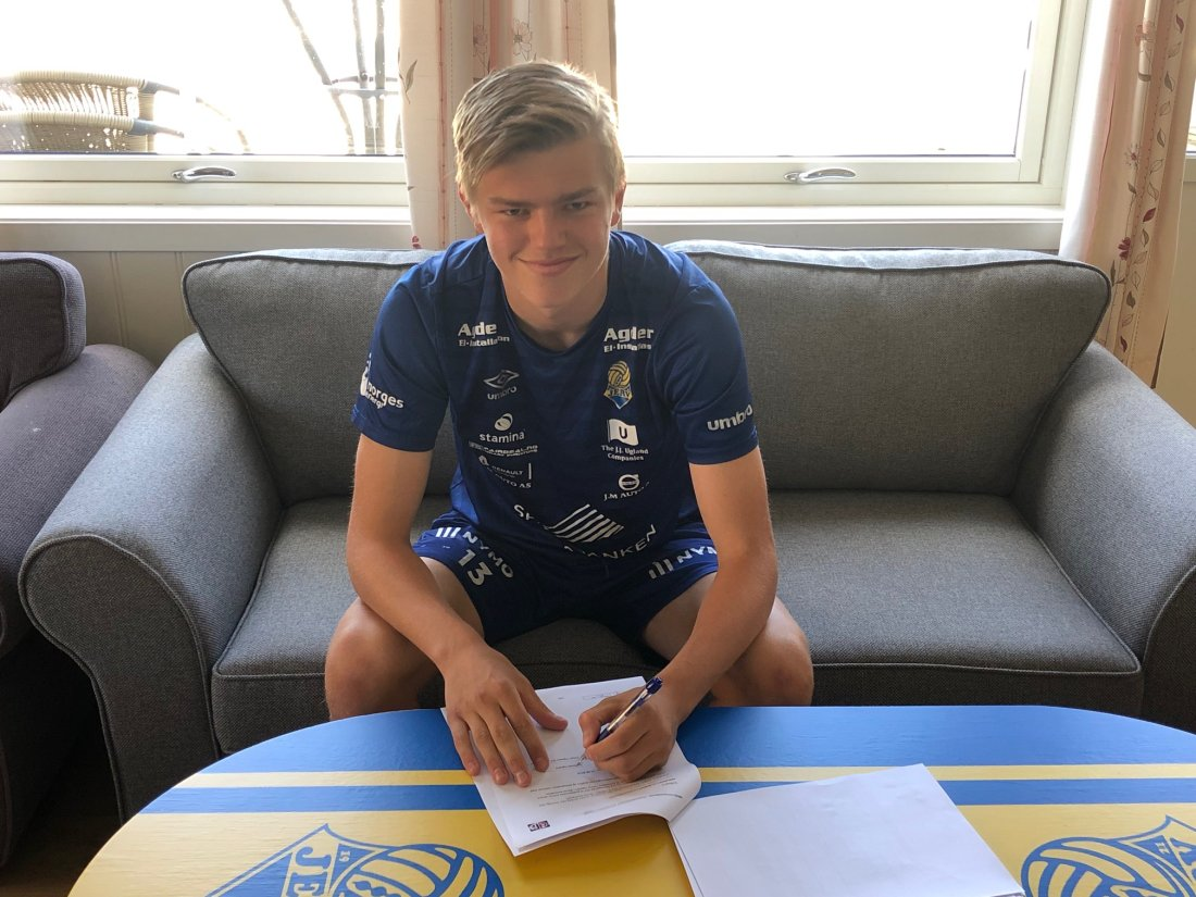 Håkon Suggelia signerer sin nye Jervkontrakt!